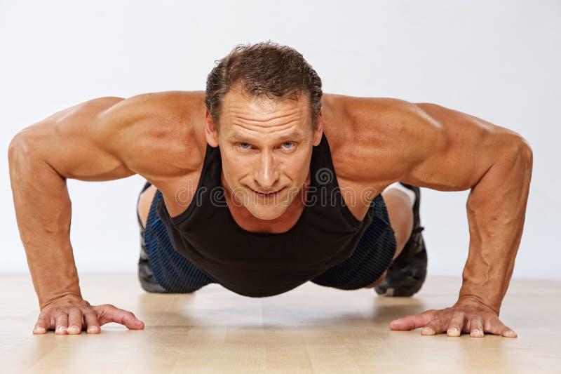 Homem desportivo com corpo perfeito imagens de stock royalty free