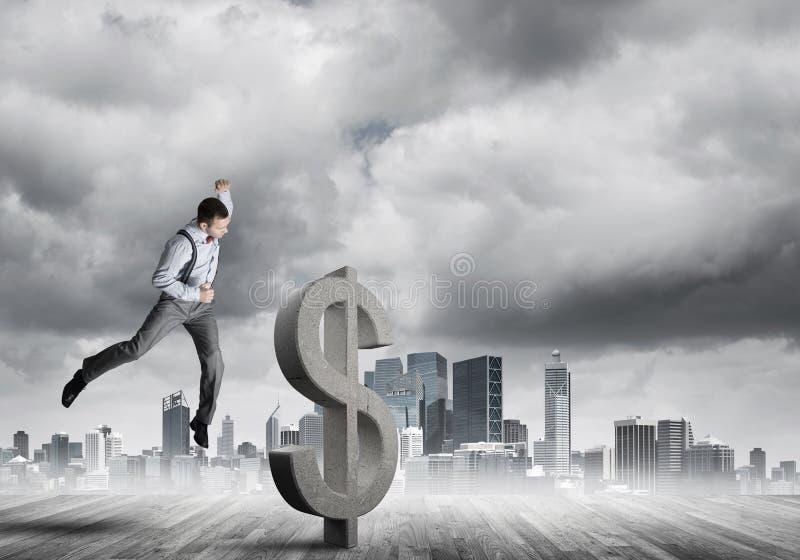 Homem determinado do banqueiro contra a arquitetura da cidade moderna que quebra a figura do concreto do dólar foto de stock royalty free