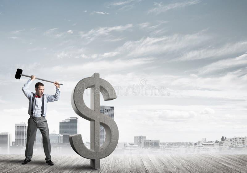 Homem determinado do banqueiro contra a arquitetura da cidade moderna que quebra a figura do concreto do dólar imagens de stock royalty free