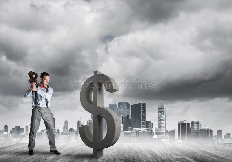 Homem determinado do banqueiro contra a arquitetura da cidade moderna que quebra a figura do concreto do dólar imagens de stock