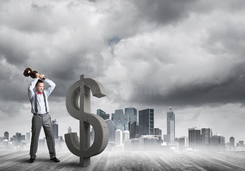 Homem determinado do banqueiro contra a arquitetura da cidade moderna que quebra a figura do concreto do dólar fotografia de stock