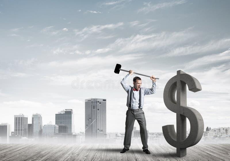 Homem determinado do banqueiro contra a arquitetura da cidade moderna que quebra a figura do concreto do dólar imagem de stock royalty free