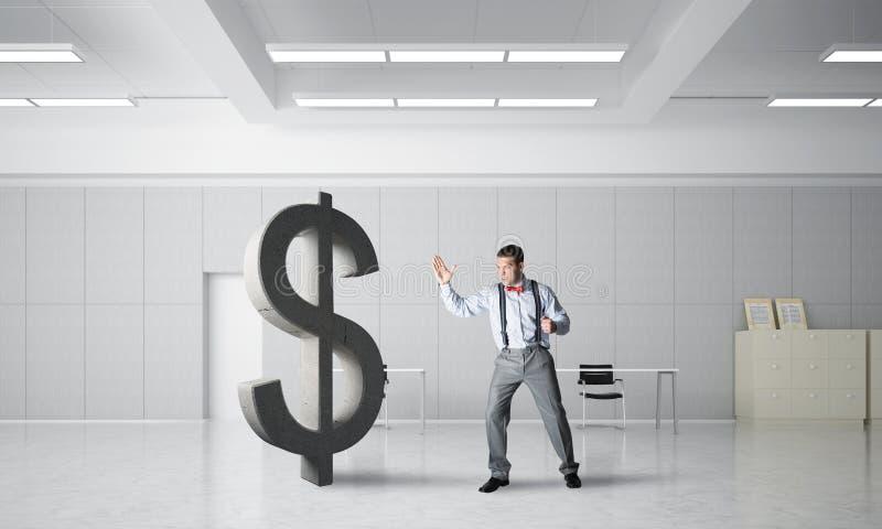 Homem determinado do banqueiro na figura de quebra interior do dólar do escritório moderno imagem de stock