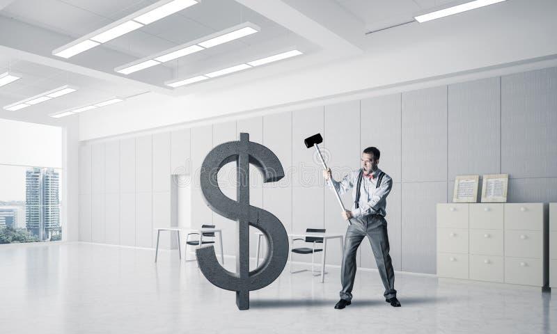 Homem determinado do banqueiro no dólar de quebra interior do escritório moderno imagem de stock royalty free