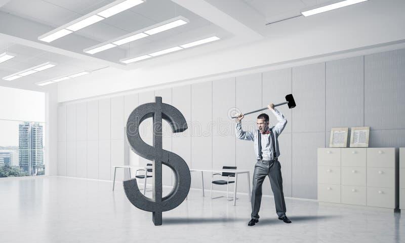 Homem determinado do banqueiro no dólar de quebra interior do escritório moderno imagem de stock