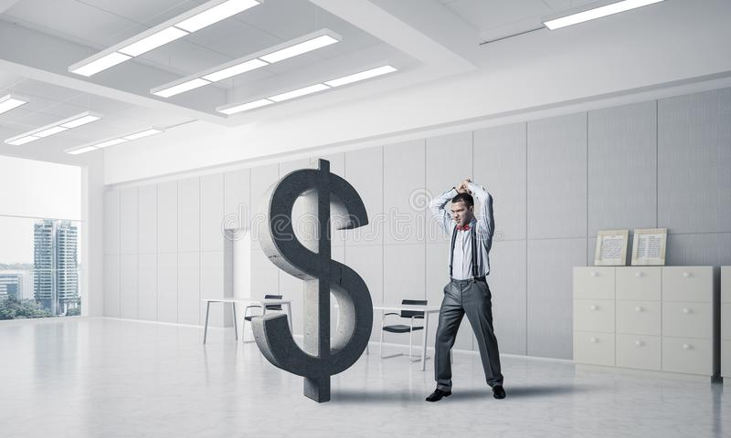 Homem determinado do banqueiro no dólar de quebra interior do escritório moderno foto de stock