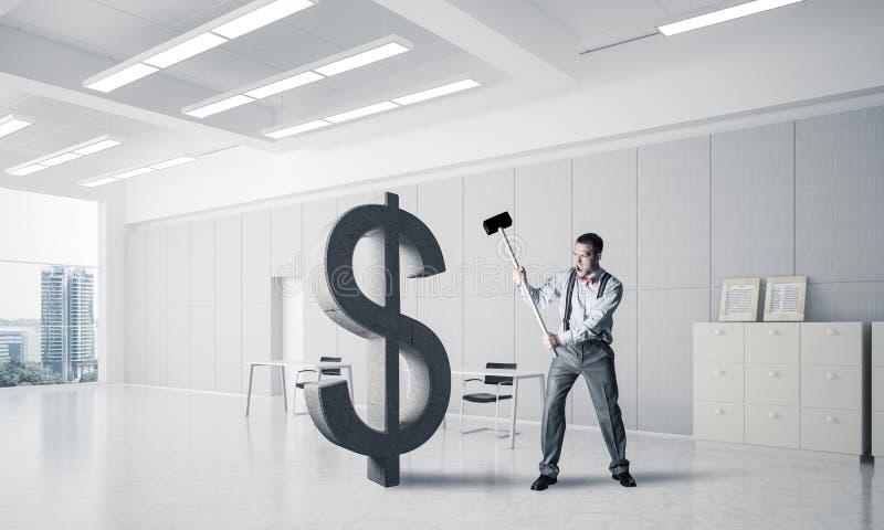 Homem determinado do banqueiro no dólar de quebra interior do escritório moderno fotografia de stock