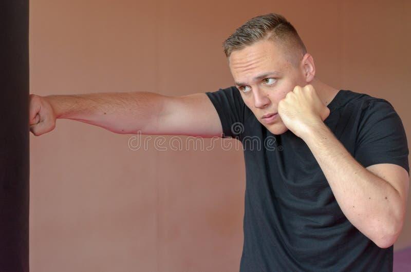 Homem determinado novo que dá certo em um gym fotos de stock royalty free