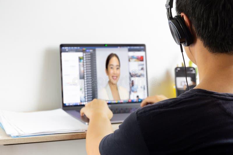 Homem discutido em vídeo-chamada para quarentena de laptops coronavírus fotos de stock royalty free