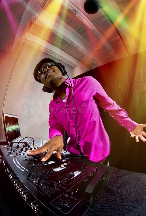 Homem DJ que joga a música eletrônica fotos de stock