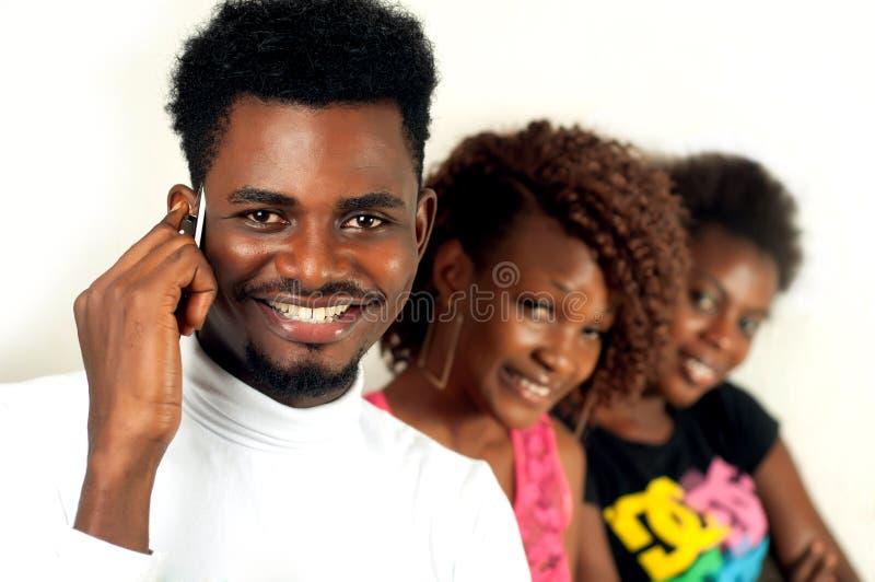 Homem do Afro no telefone celular fotos de stock royalty free