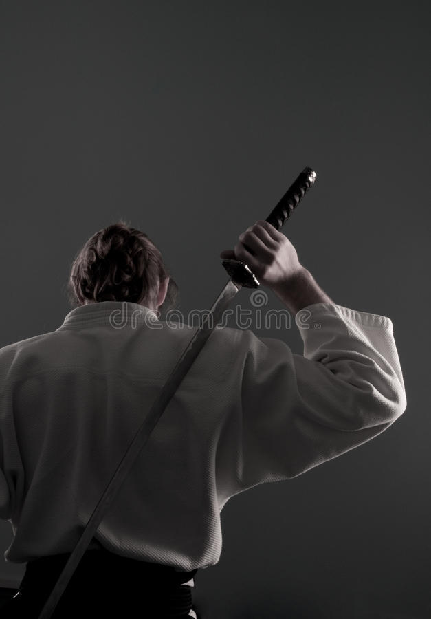Homem do Aikido com katana (espada) da parte traseira fotos de stock royalty free