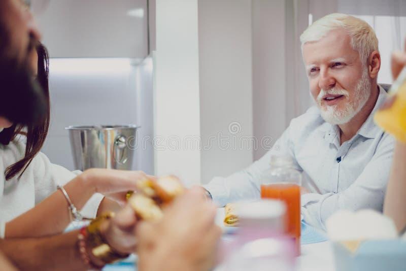 Homem do albino que olha seu amigo quando em um almoço fotografia de stock
