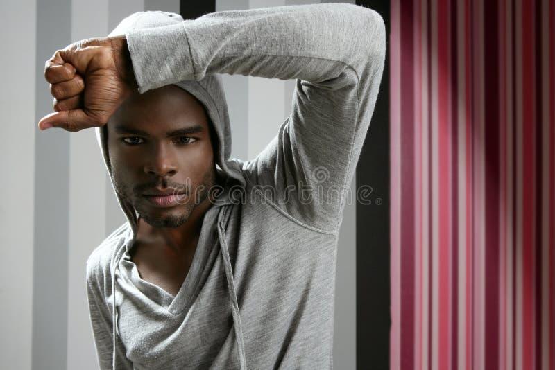 Homem do americano africano com capa cinzenta imagens de stock