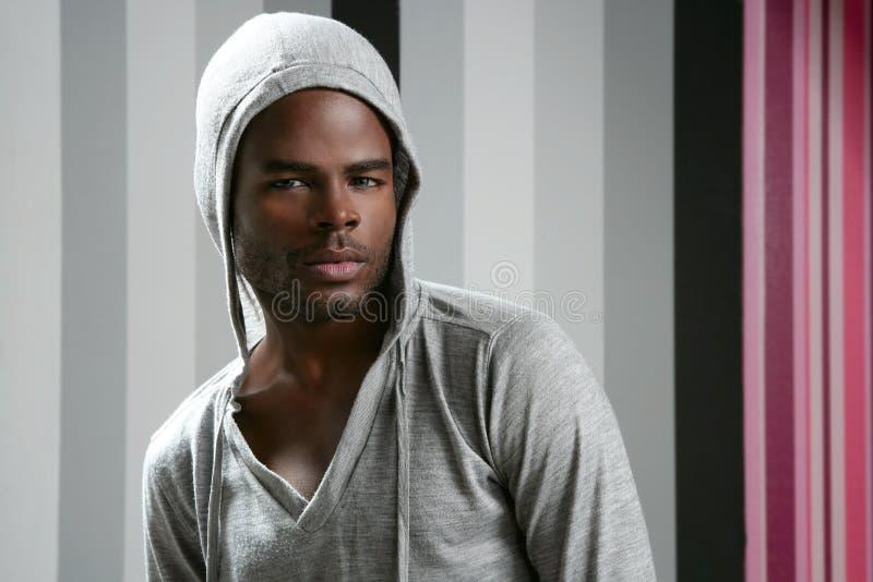 Homem do americano africano com capa cinzenta fotografia de stock royalty free