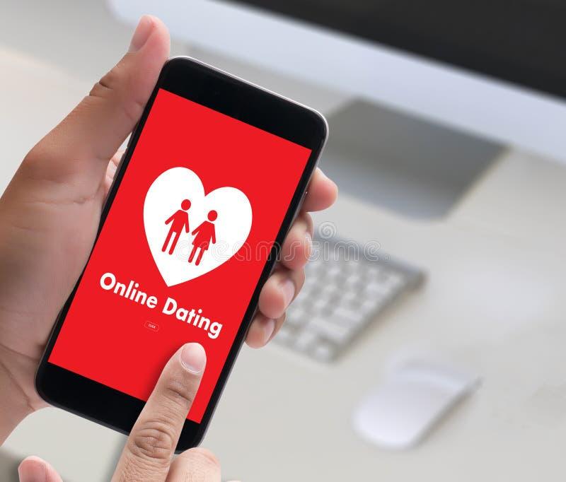 Homem do amor do fósforo e mulher datando em linha e um coração, Internet a Dinamarca imagens de stock royalty free