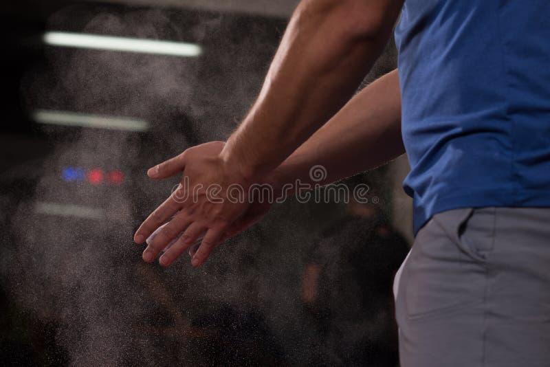 Homem do aplauso de mãos do carbonato do magnésio do giz do Gym fotografia de stock royalty free