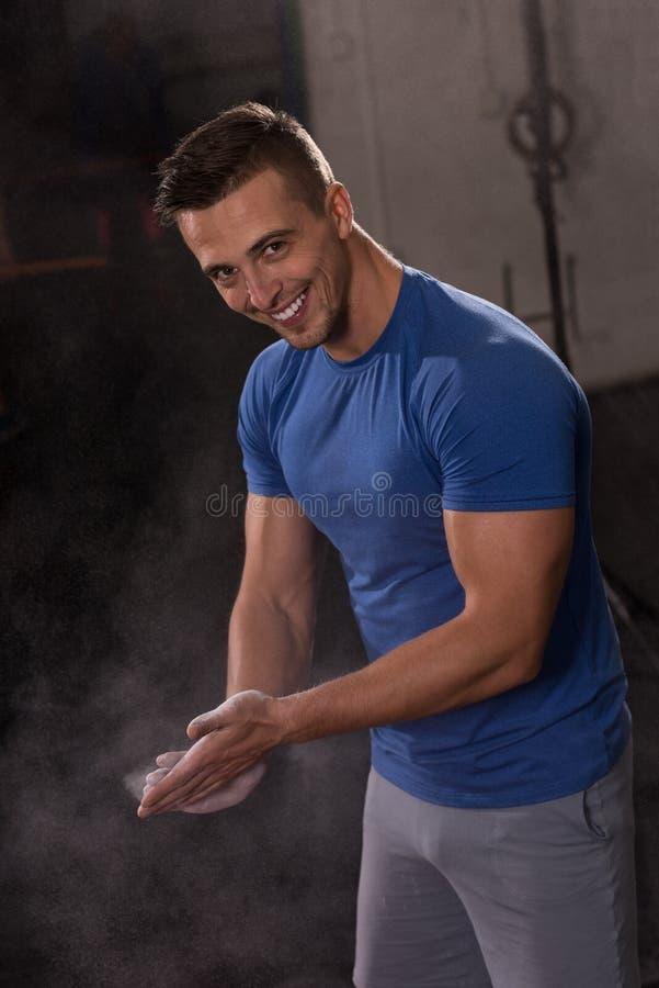 Homem do aplauso de mãos do carbonato do magnésio do giz do Gym foto de stock