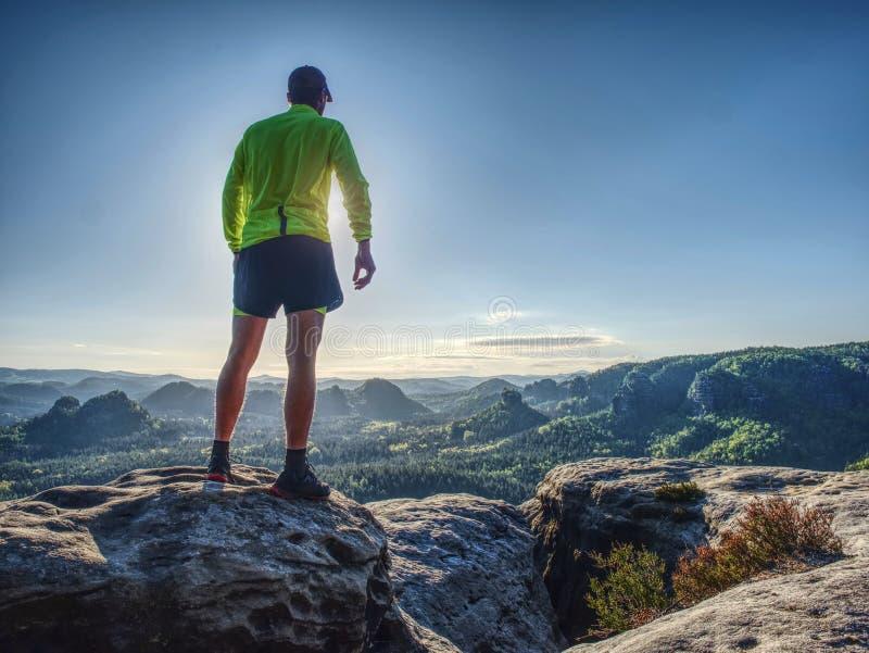 Homem do atleta do corredor da fuga Treinamento magro da pessoa nas montanhas foto de stock