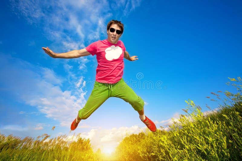 Homem do atleta que runing de encontro ao céu azul foto de stock royalty free