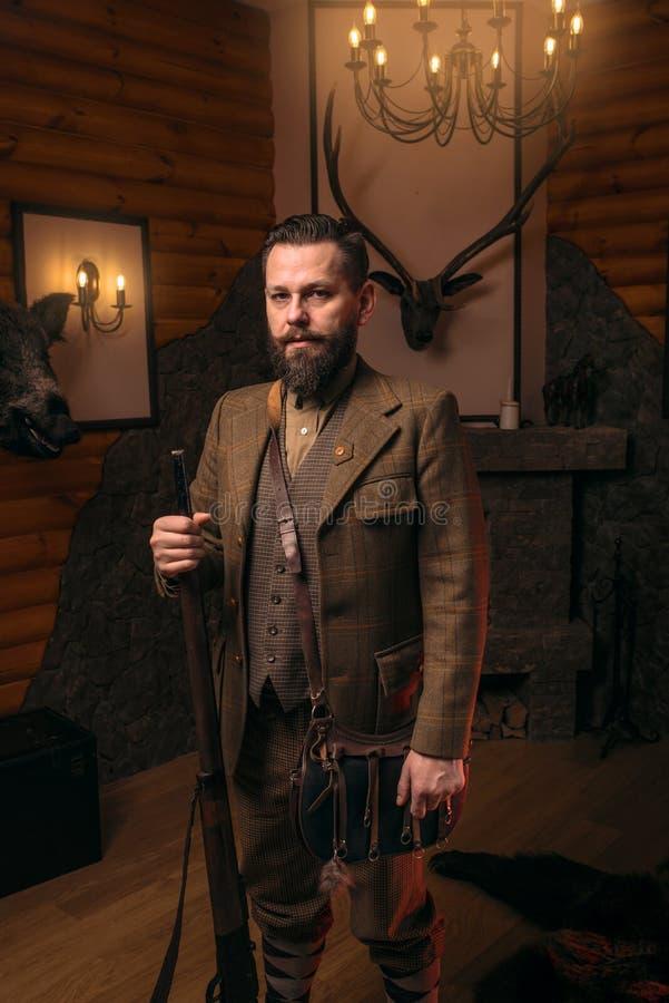 Homem do caçador com a arma velha contra a caixa antiga fotos de stock royalty free