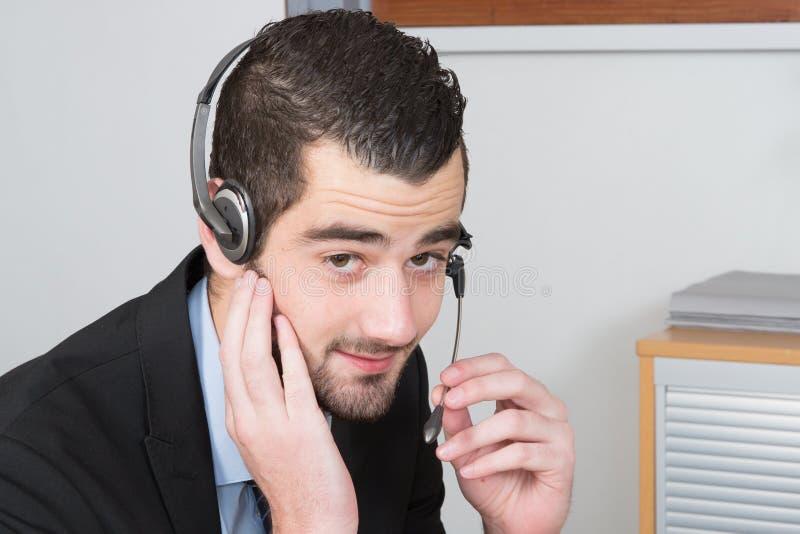 homem do callcenter com os auriculares modernos para o serviço ao cliente imagem de stock royalty free