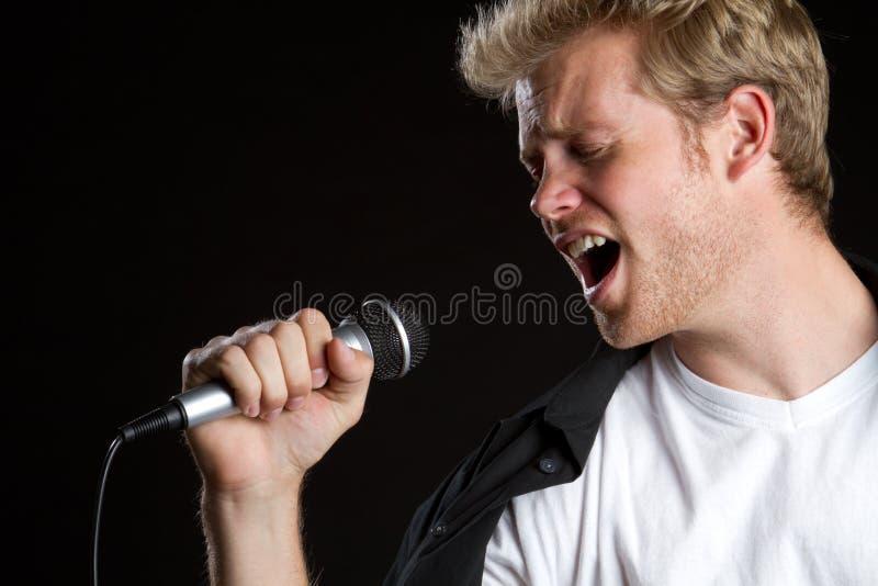 Homem do cantor do karaoke fotos de stock royalty free