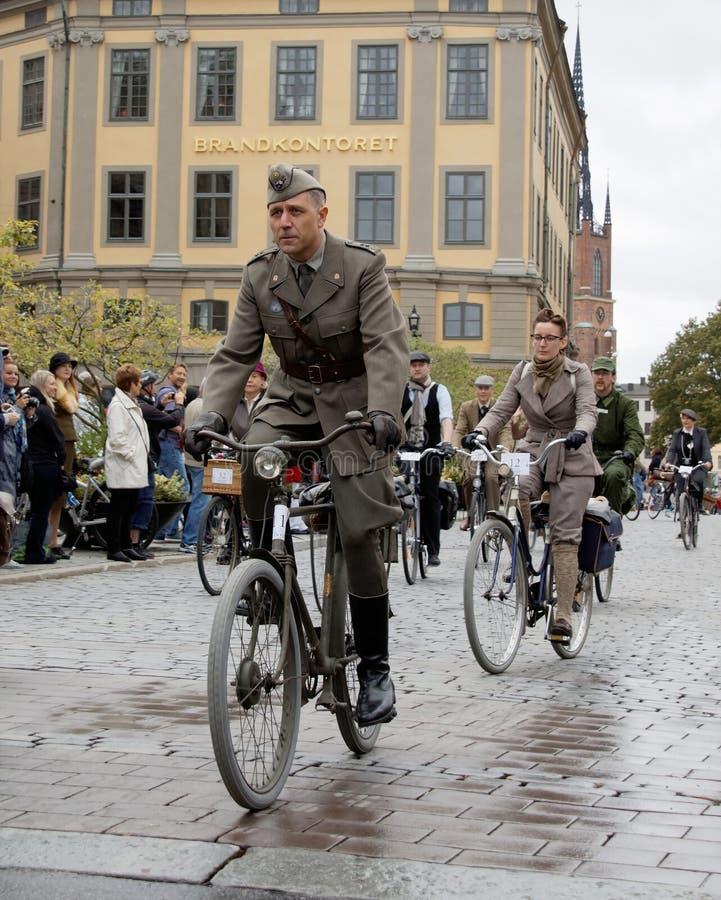Homem do ciclismo que veste a roupa militar antiquado imagens de stock royalty free