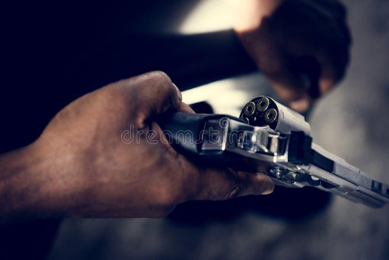 Homem do close up que guarda uma arma fotografia de stock royalty free