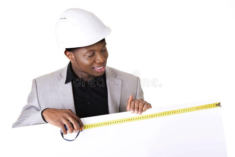 Homem do coordenador/arquiteto que mostra o sinal vazio fotos de stock