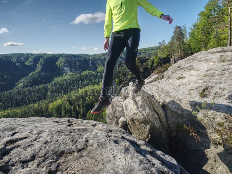 Homem do corredor do atleta do esporte na natureza da fuga de montanha fotografia de stock