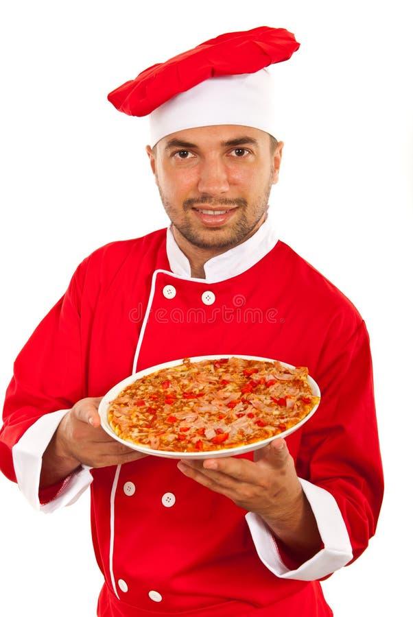 Homem do cozinheiro chefe que mostra a pizza foto de stock