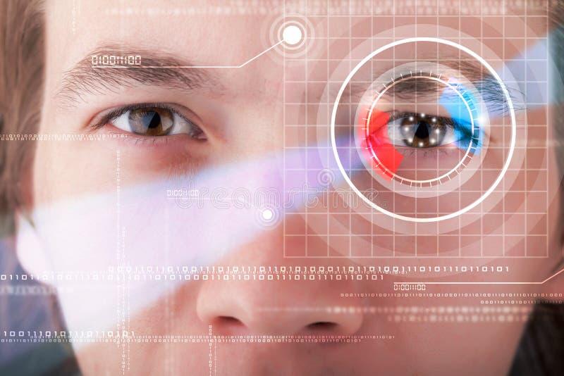 Homem do Cyber com vista technolgy do olho imagens de stock