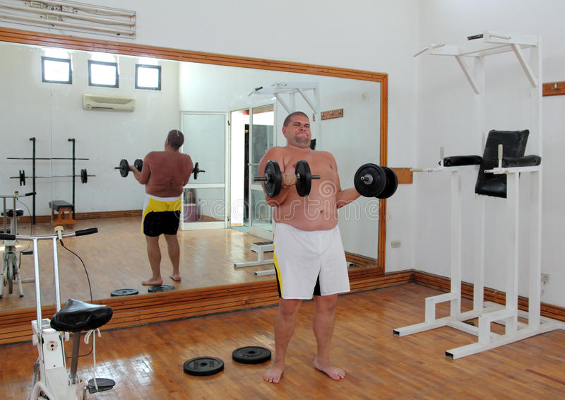 Homem do divertimento com dumbbells fotos de stock royalty free
