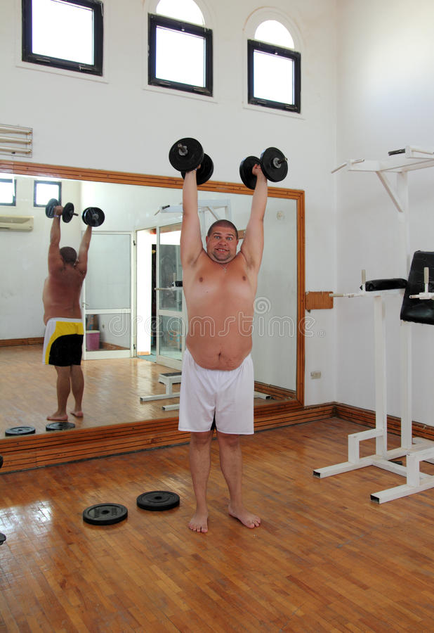 Homem do divertimento com dumbbells foto de stock