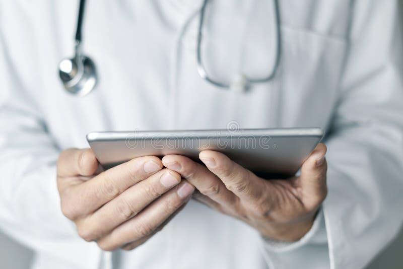 Homem do doutor que usa um tablet pc imagens de stock royalty free