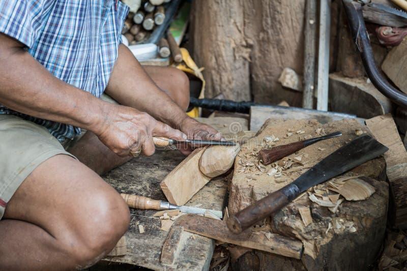 Homem do escultor com ele trabalho fotos de stock royalty free