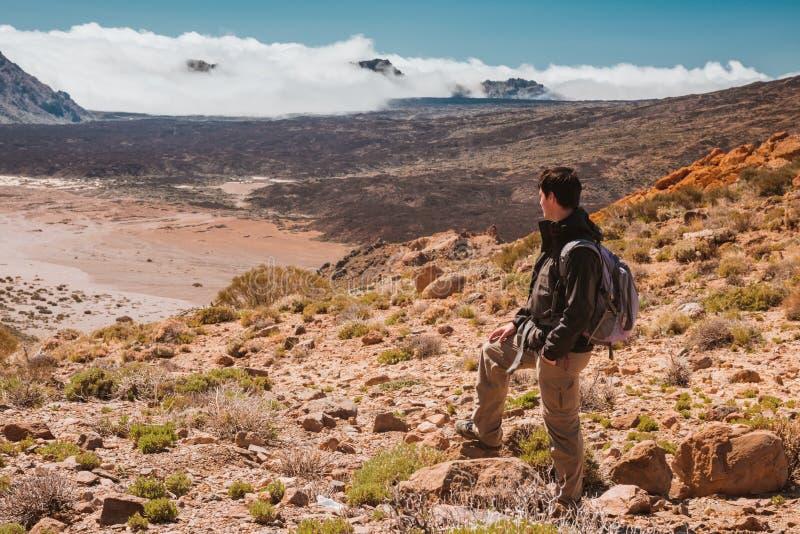 Homem do esporte sobre a montanha Canário de Tenerife fotos de stock