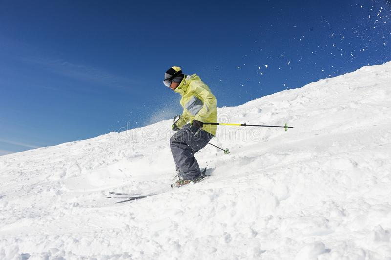 Homem do esquiador que corre abaixo do monte da montanha em Gudauri, Geórgia imagem de stock