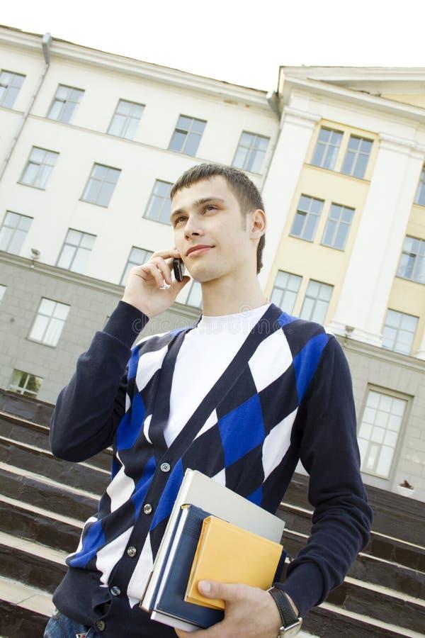 Homem do estudante que fala no telefone imagem de stock royalty free