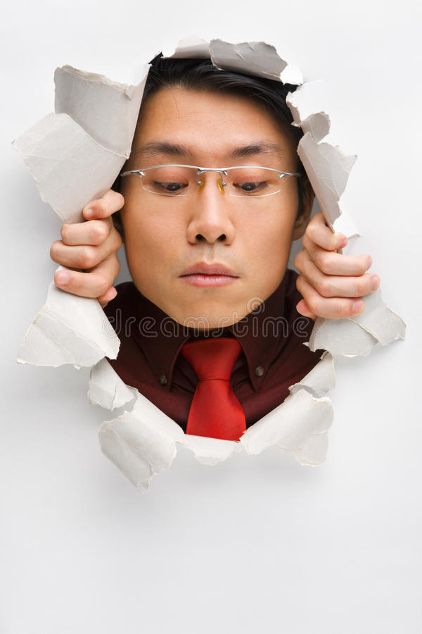 Homem do furo que olha para baixo fotografia de stock
