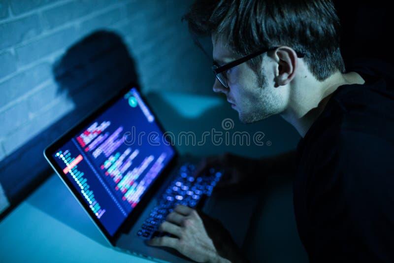 Homem do hacker que tenta romper a segurança de um Internet da busca do sistema informático foto de stock royalty free