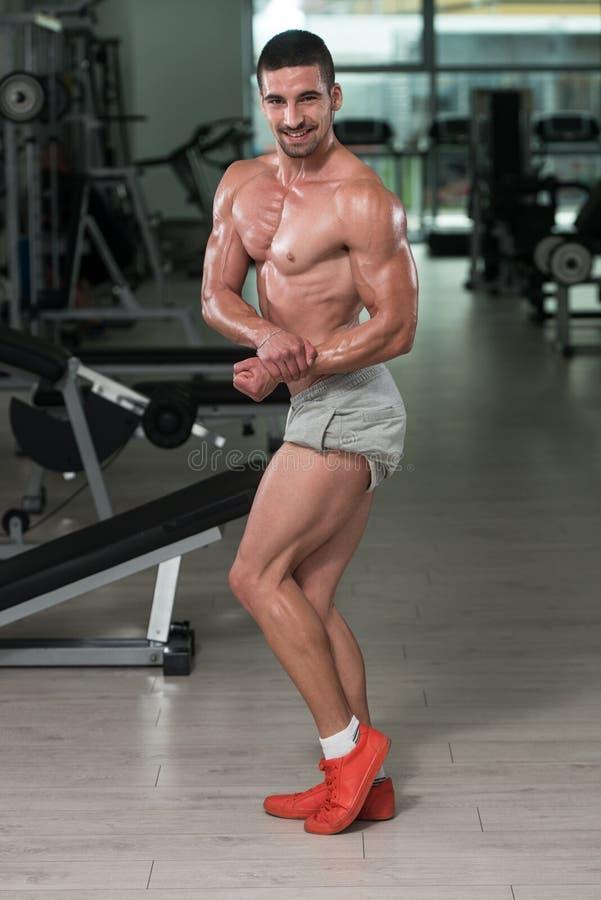 Homem do halterofilista que levanta no gym fotografia de stock royalty free
