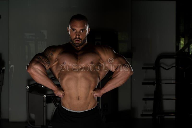 Homem do halterofilista que levanta no gym fotografia de stock