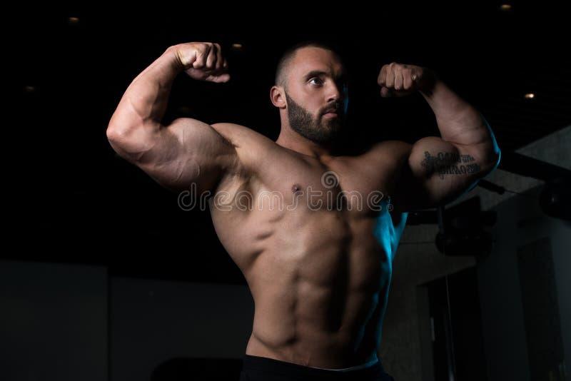 Homem do halterofilista que levanta no gym imagens de stock royalty free