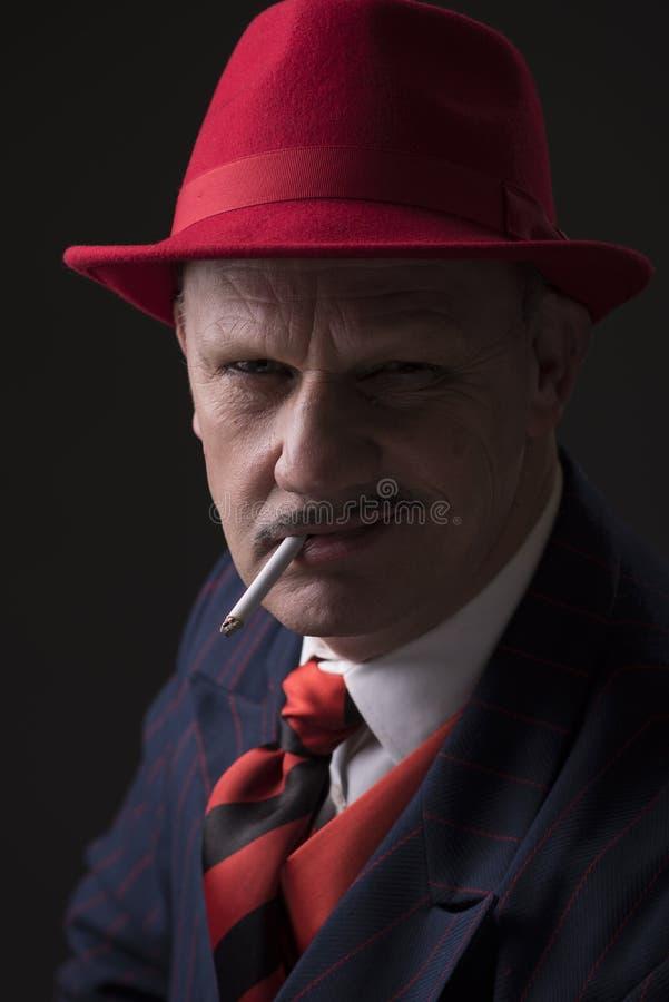Homem do jazz que fuma um cigarro imagens de stock royalty free