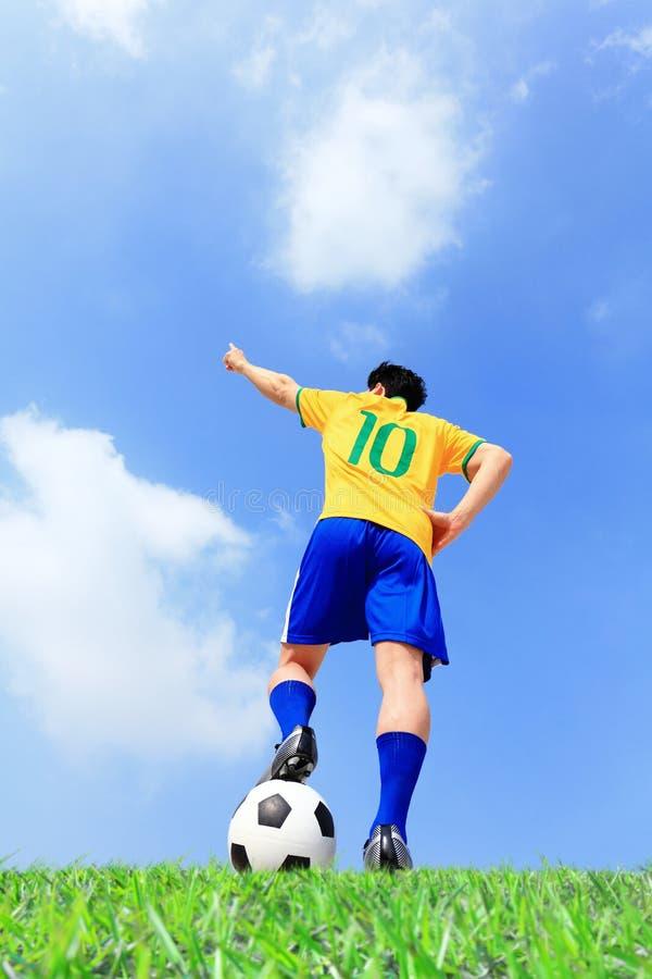 Homem do jogador de futebol com bola imagens de stock royalty free