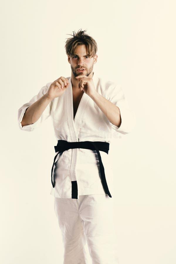Homem do karaté em um quimono na posição de combate fotografia de stock royalty free