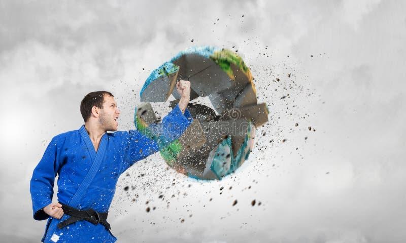 Homem do karaté no kimino azul foto de stock royalty free