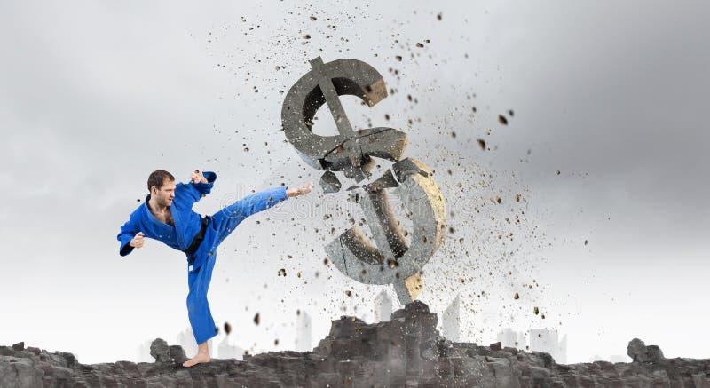 Homem do karaté no kimino azul imagem de stock